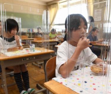 学校給食での新型コロナ対策にパーテーションやフェイスガード必要か